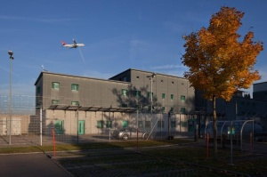 The prison at Zurich airport where the pre-deportation detention unit is located (Keystone)